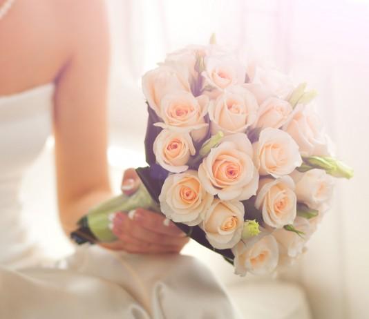 abiti-da-sposa-2017-tendenza-fiori-petali