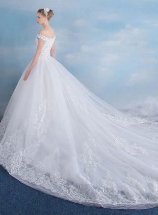 abiti-da-sposa-principessa-con-strascico-molto-lungo