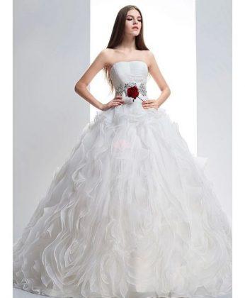 abito-da-sposa-vaporoso-con-cintura-di-strass-e-paillettes-e-corpetto-rigido