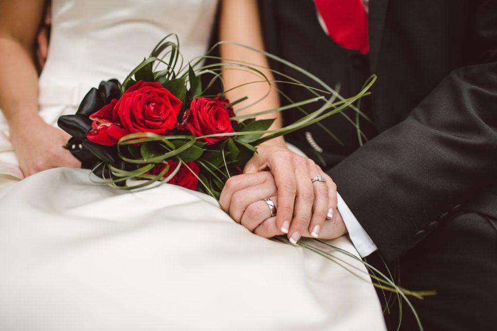 sposa-con-bouquet-rosso